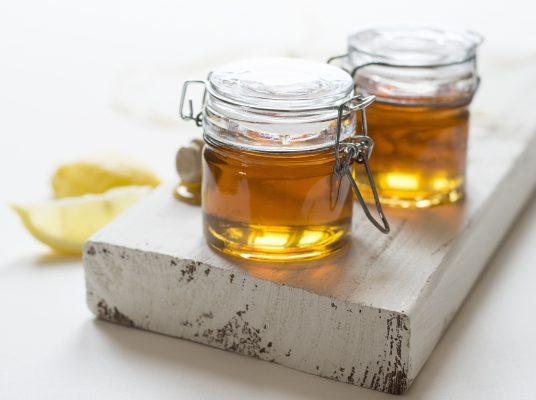 Honig-Gläser bereit fürs Etikettieren